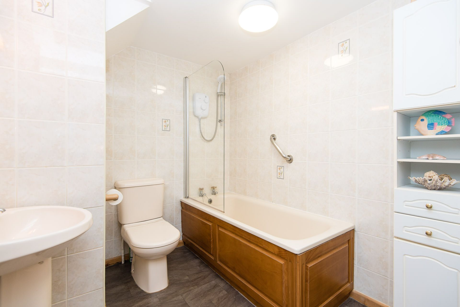 Quayview Apartment in Looe bathroom with shower